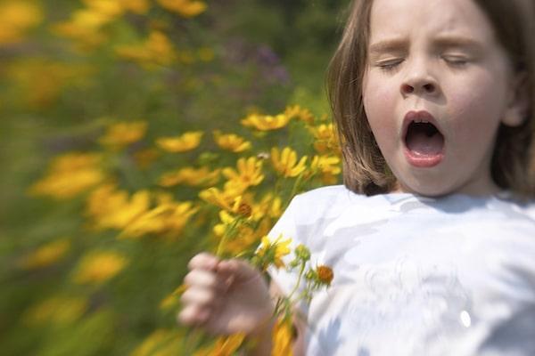 Hayfever sneezing girl 600x400 min