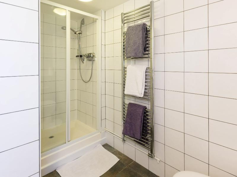 self catering east boldre bartley barn shower room