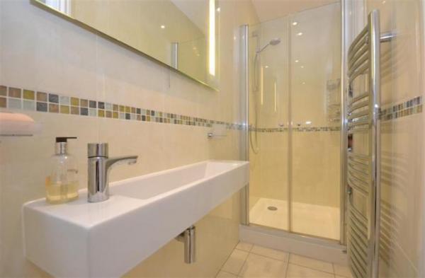 Alexandra Cottage bathroom